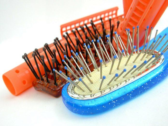 Come pulire le spazzole per i capelli